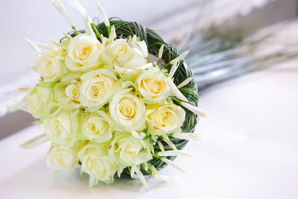 can i put fresh flowers on a wedding cake how to look after your delivered fresh flower bouquet 12360