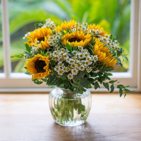 Beautiful sunflower and daisy hand-tie bouquet