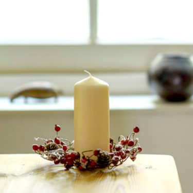 FROSTED BERRY & MINI PINECONE CANDLE RING
