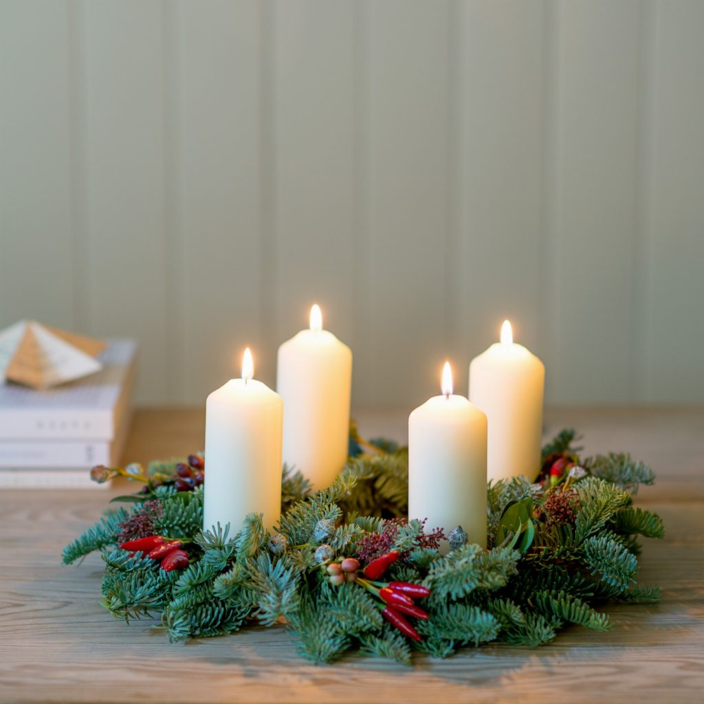 HOT-CHILLI-AND-FRESH-BLUE-FIR-FESTIVE-CANDLE-CENTREPIECE